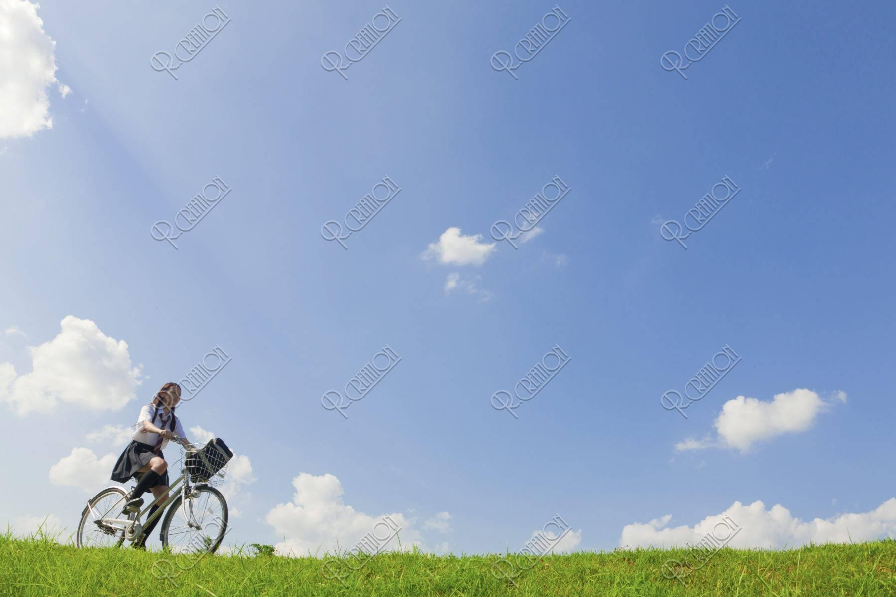 自転車に乗る女子高校生