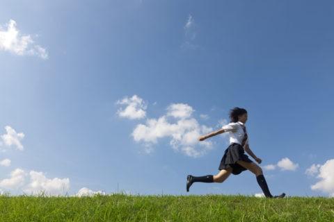 土手を跳ねるながら駆ける女子高生
