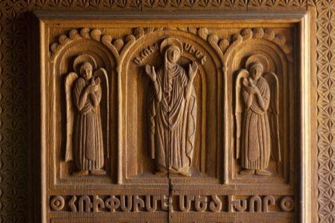 リプシメ教会 扉のレリーフ