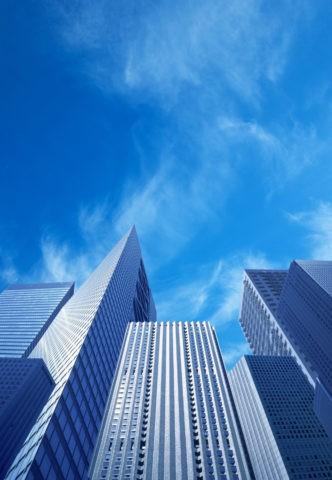 ビル群の向こうに見上げる青空