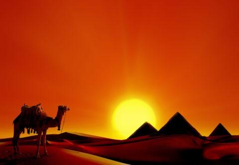 ピラミッドのある砂漠に落ちる夕日