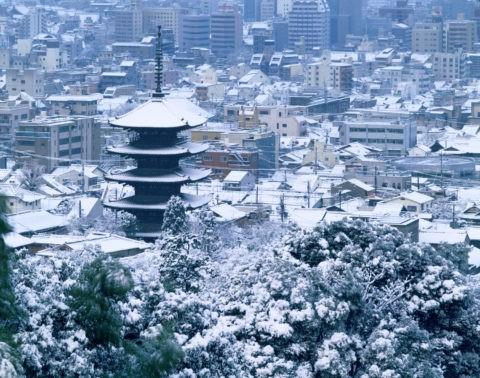 市内雪景・八坂の塔