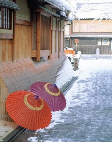 雪の祇園家並と傘