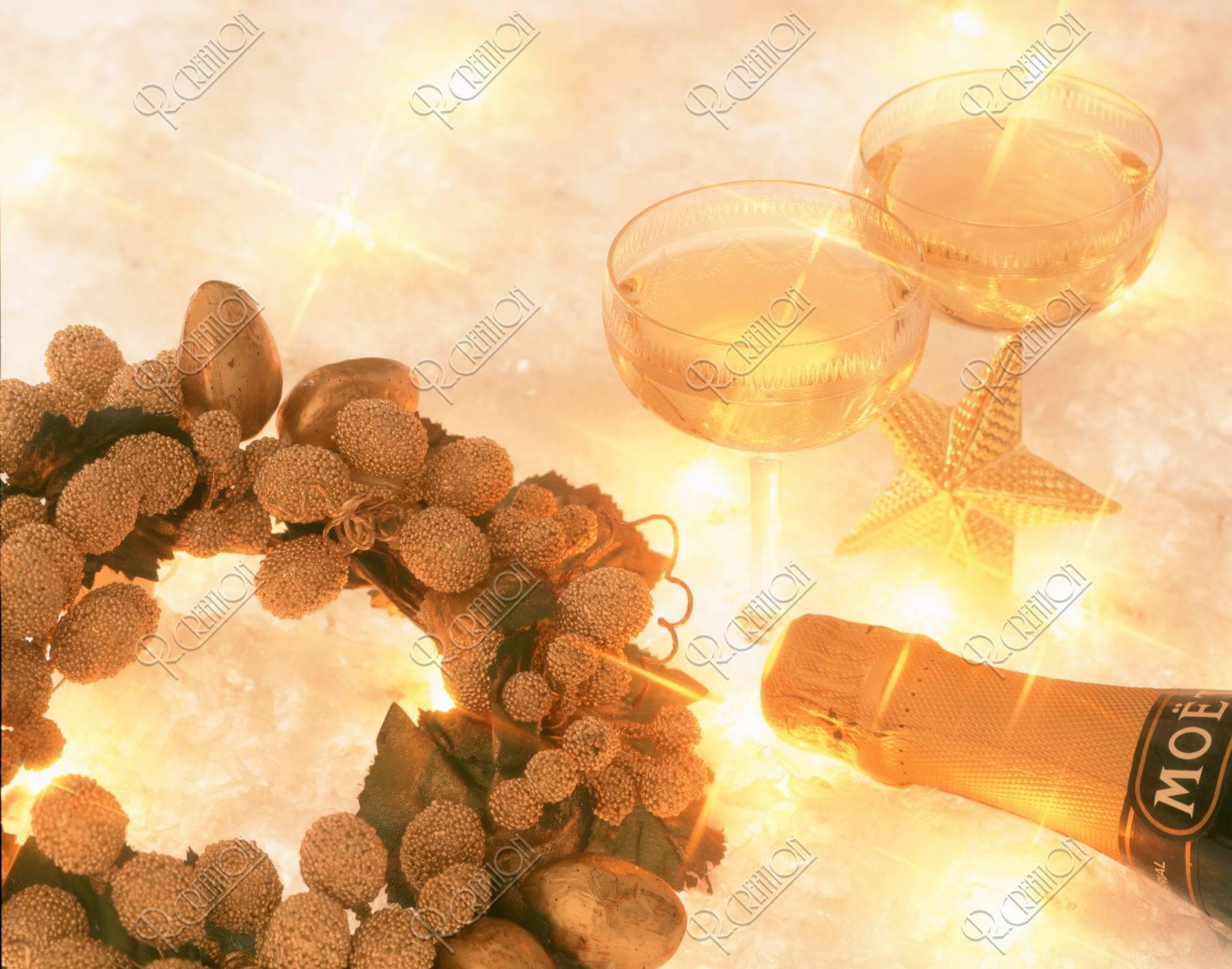 黄色いキャンドルとグラス