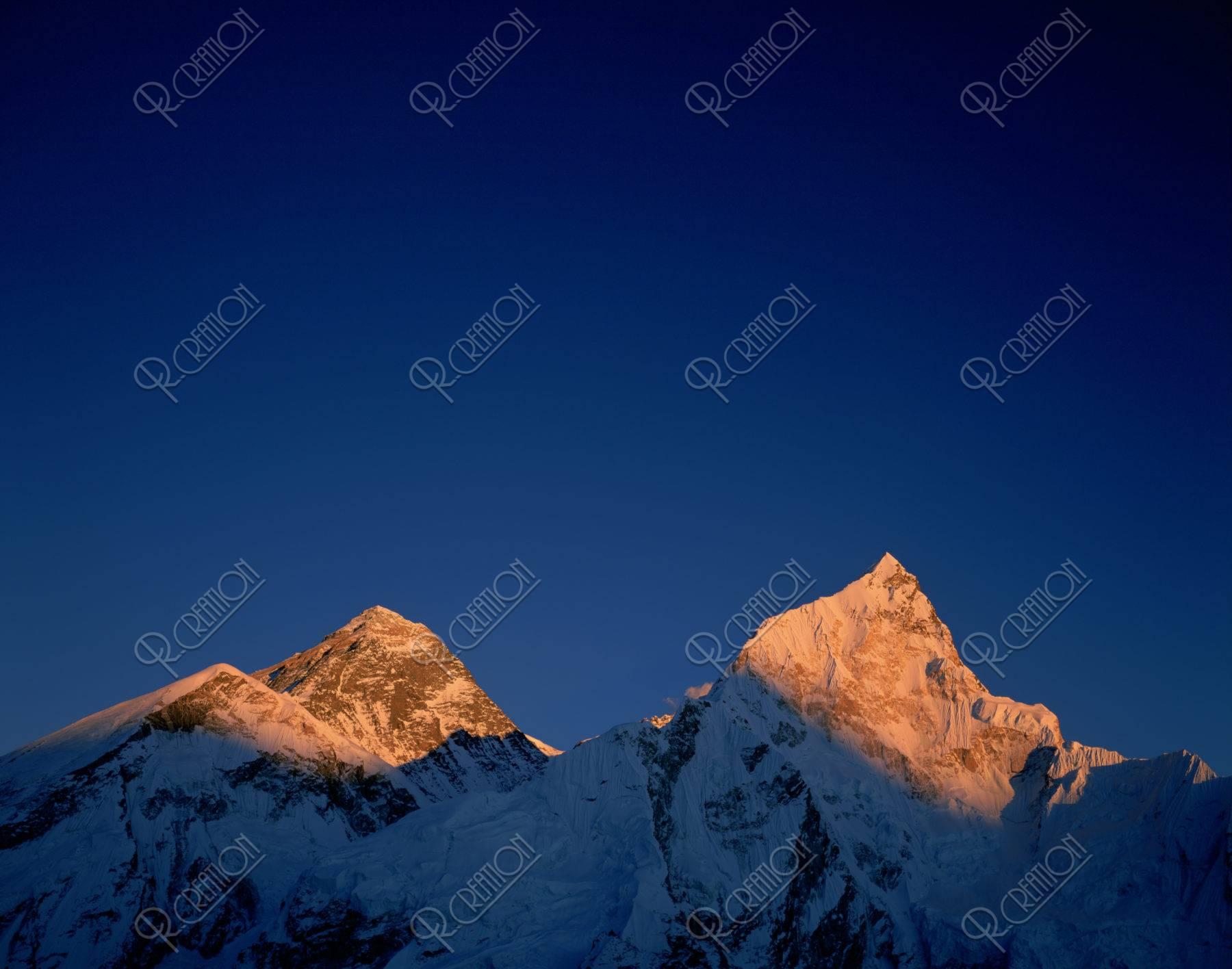 エベレスト(左)ヌプツェ夕照