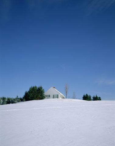 雪の丘の上の家