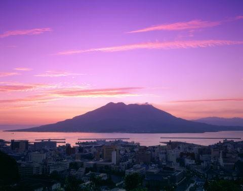 市内と桜島の朝