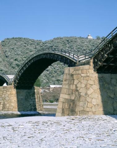 雪の錦帯橋と岩国城