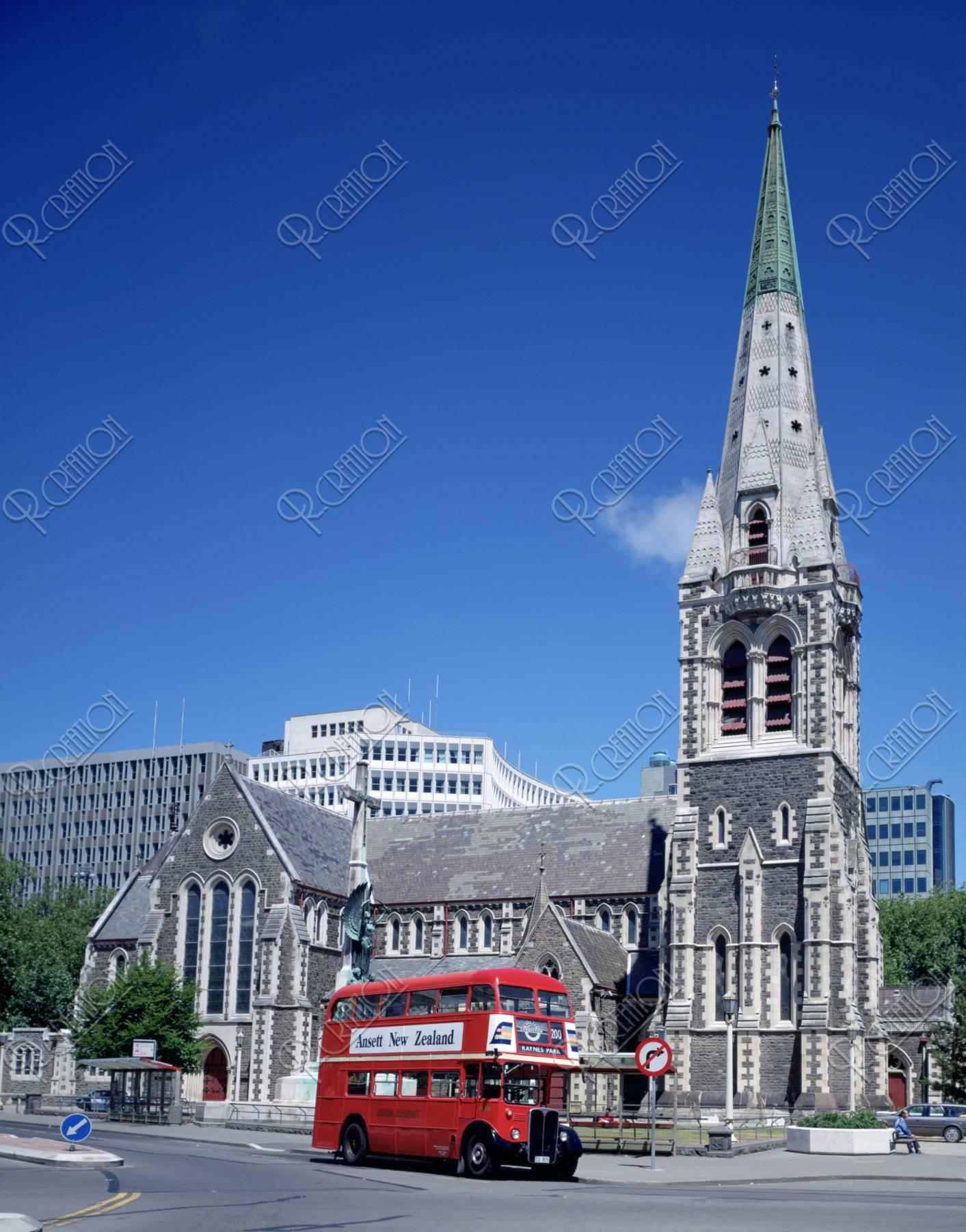 ニュ−ジ−ランド クライストチャ−チ 大聖堂と二階立てバス
