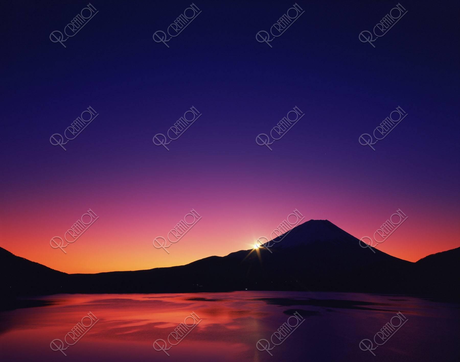 朝日 富士山 本栖湖 湖 山 雲 日の出