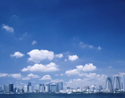 ビル群と青空と雲