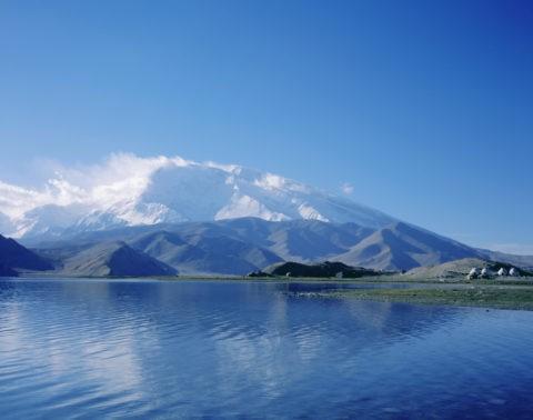 カラクリ湖とムスターグアタ山