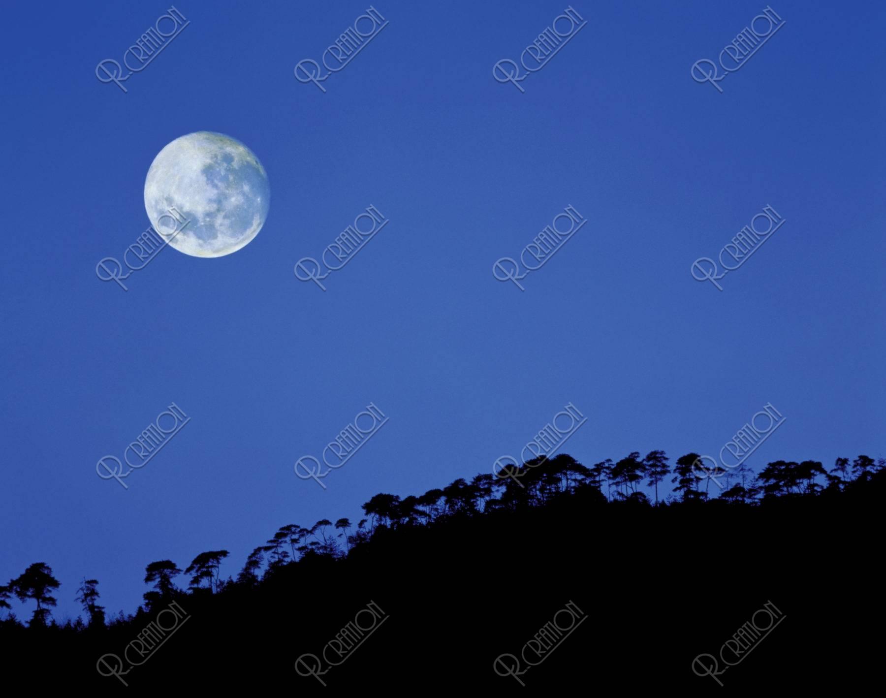 小倉山と月(合成)