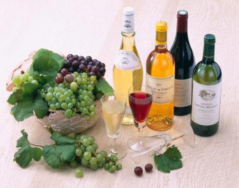 赤と白のワインとぶどう