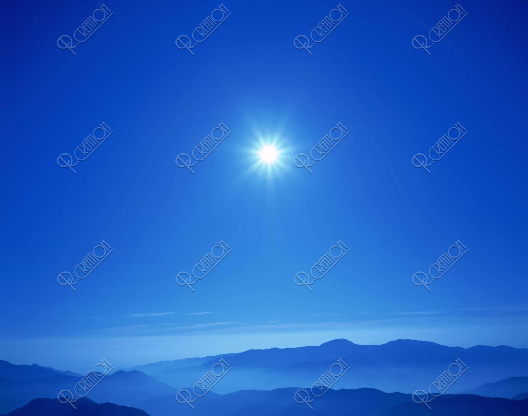 太陽と山並