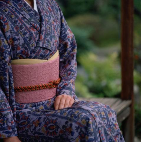縁側に腰かける和服の女性