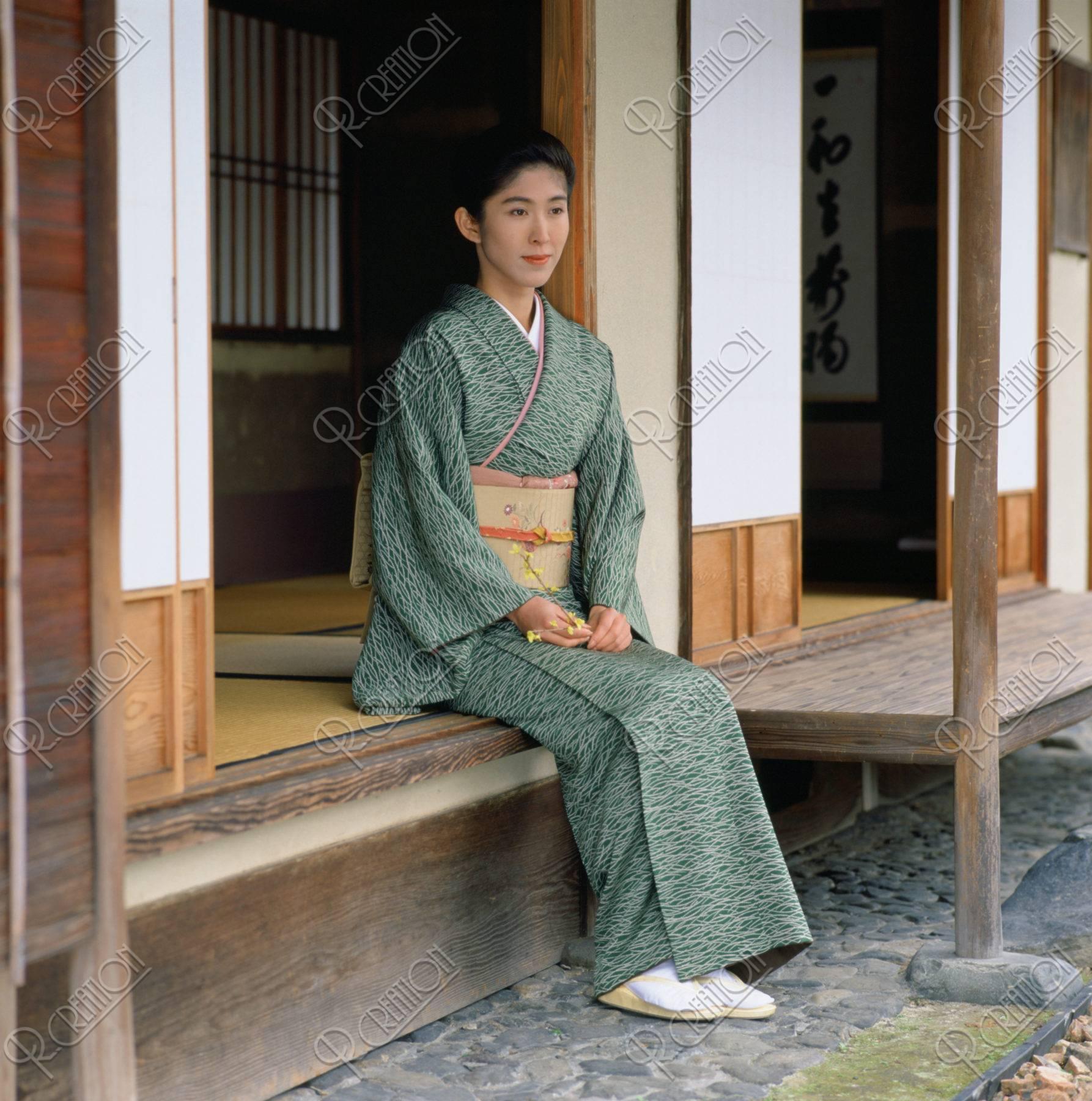 茶室の前の和服の女性