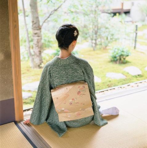 横座りする和服の女性