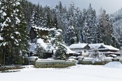 茅葺き民家と雪