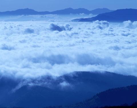 雲海と山並