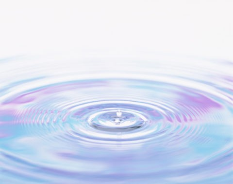 青色と紫色の波紋