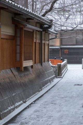 雪の祇園白川付近