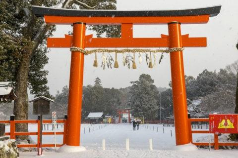 雪の上賀茂神社鳥居