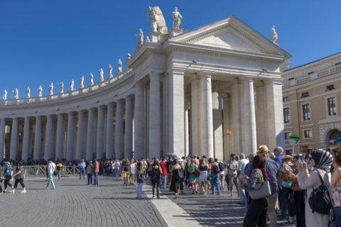 サン・ピエトロ大聖堂への入場者