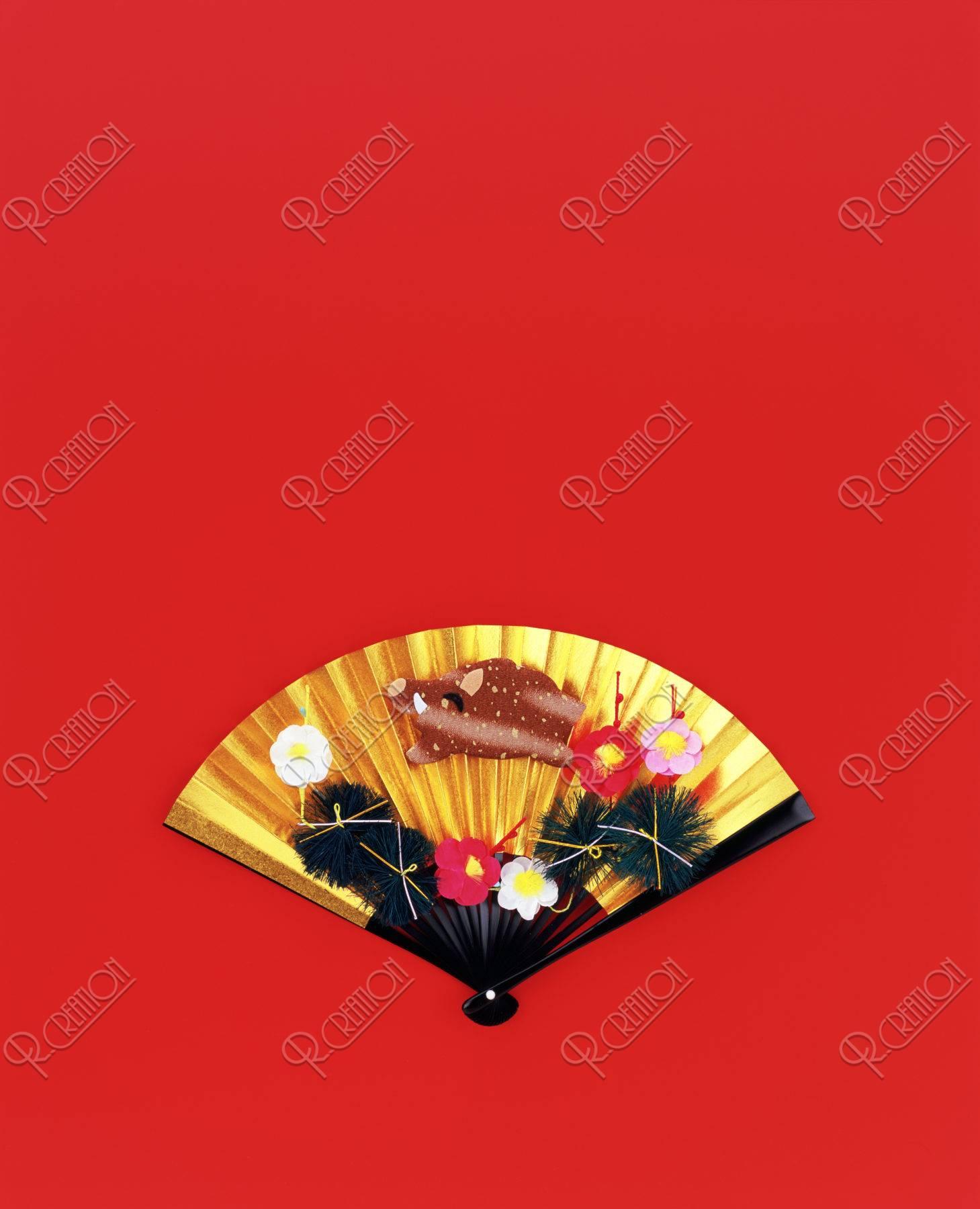 金の扇子とイノシシ