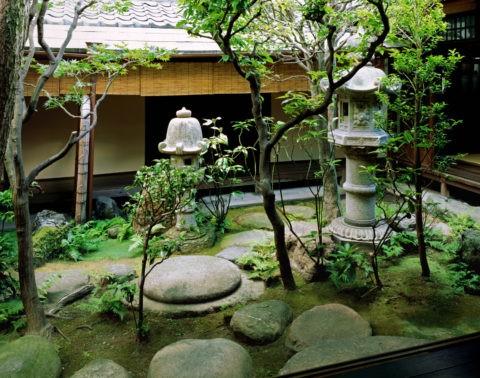 京・町家灯篭のある中庭*要許可