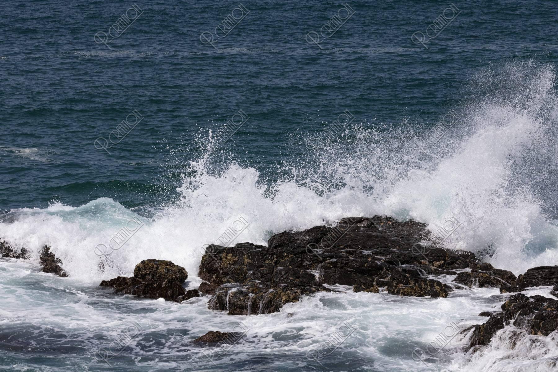 岩に打ち砕ける波