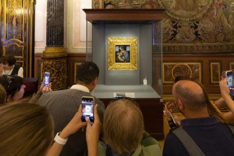 ダヴィンチ作 リッタの聖母を見る観客