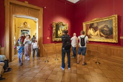 絵画を鑑賞する人々