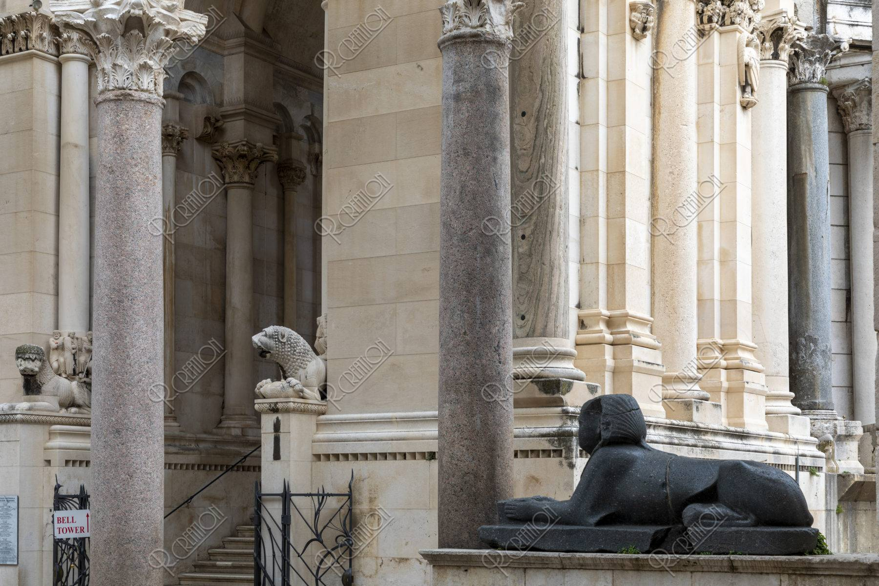聖ドムニウス大聖堂 ペリスティル広場