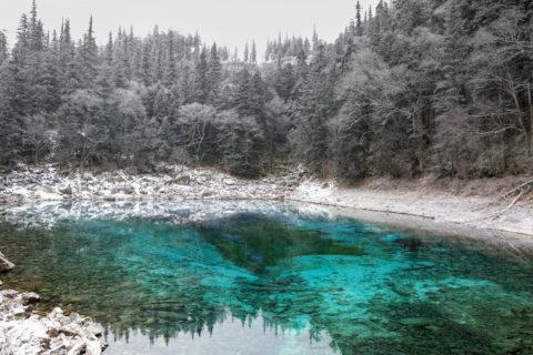 淡雪積もる五彩池
