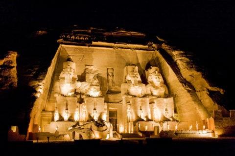 アブシンベル大神殿のライトアップ 世界遺産