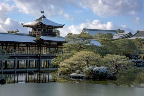 平安神宮 雪景色  橋殿と池