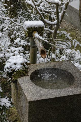 雪の三千院 蹲