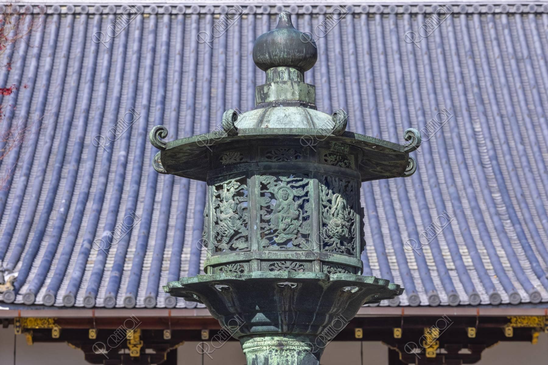 仁和寺金堂前の八角灯籠