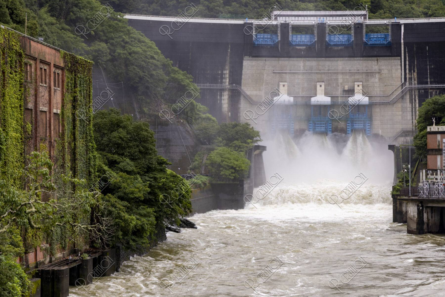 天ケ瀬ダムの放流